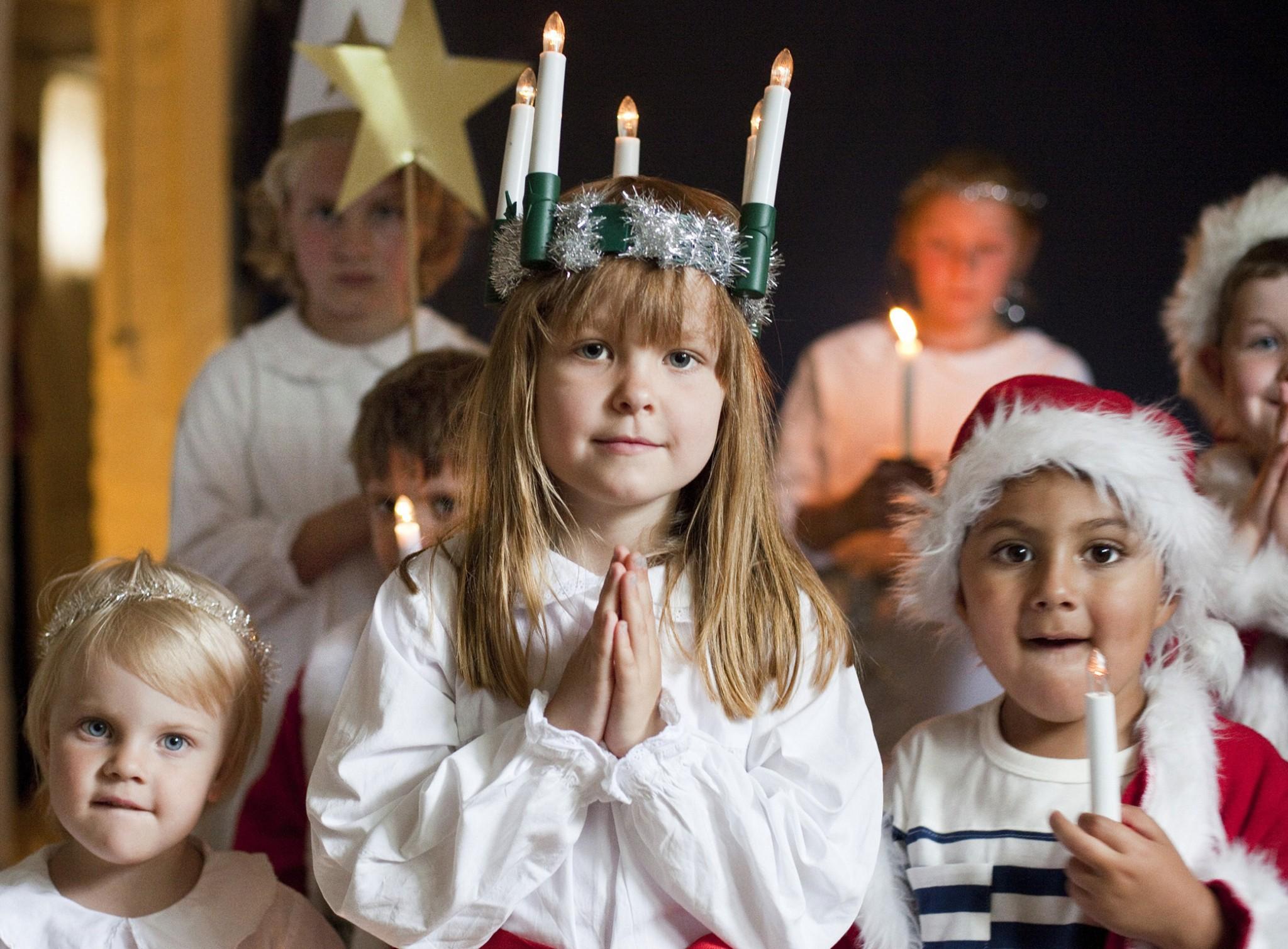 Sænsk börn á Lúsíuhátíð. Mynd af Sweden.se – https://sweden.se/culture-traditions/lucia/